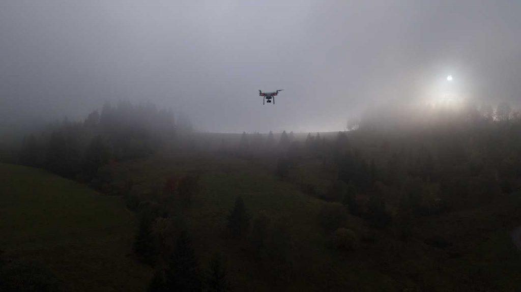 Phantom 3 Standard in de mist boven bos