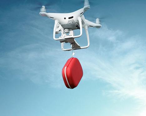 drone in lucht met grijper en vervoert iets