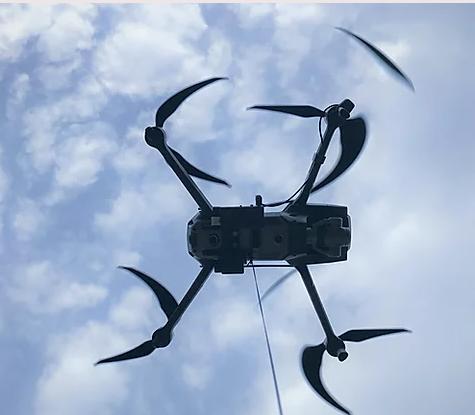 DJI Mavic 2 Pro met grijper in de lucht tilt iets op