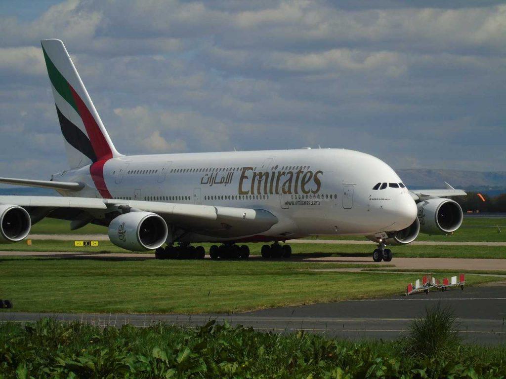 vliegtuig Emirates rijdt op landingsbaan