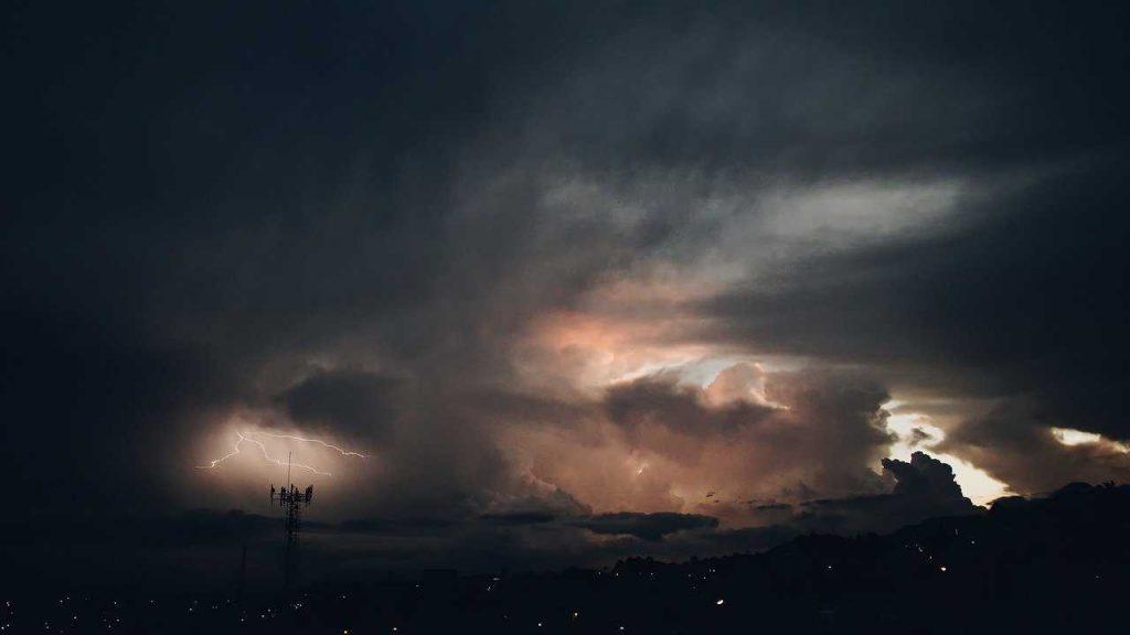 donkere lucht wolken bliksem