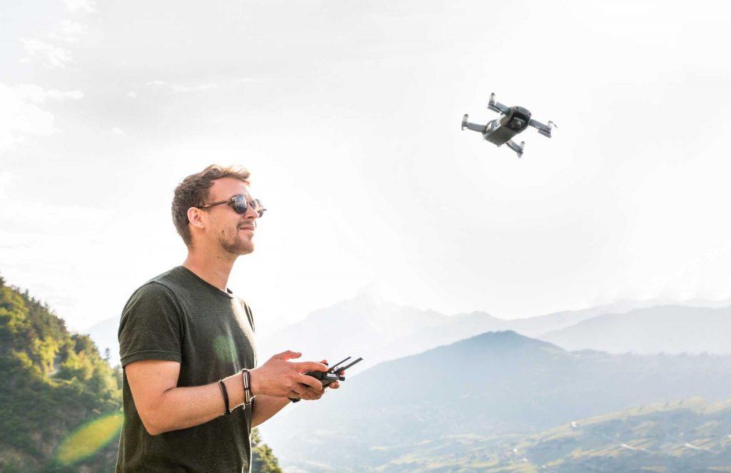 dronepiloot vliegt met Mavic Air