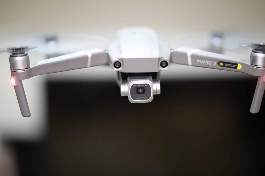 drone die je volgt DJI Mavic 2 Pro met een vervaagde achtergrond