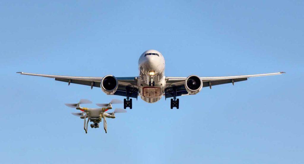 drone dichtbij vliegtuig in de lucht