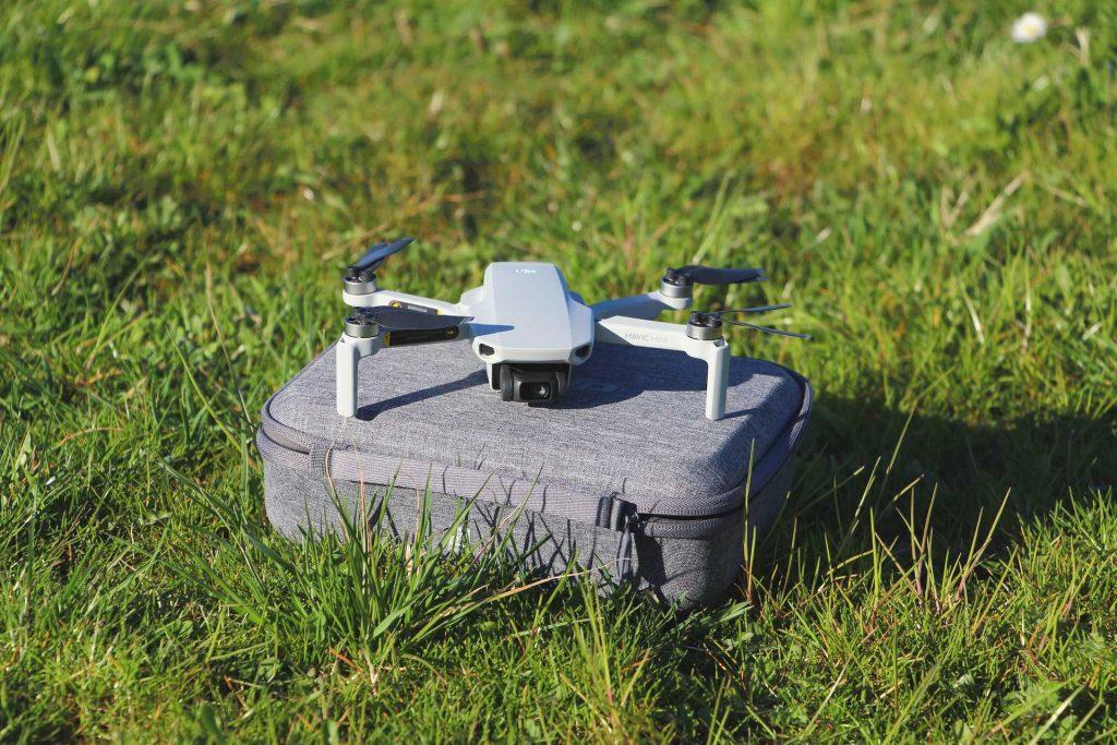 DJI Mavic Mini met opbergtas op het gras
