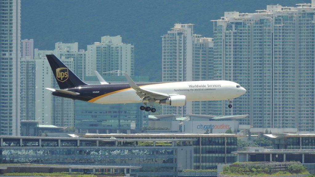UPS vliegtuig in de lucht voor vervoer