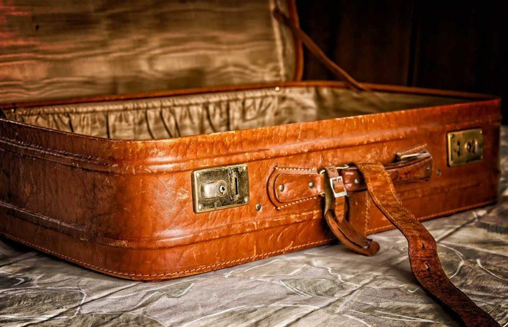 bruine grote bagagekoffer op grond