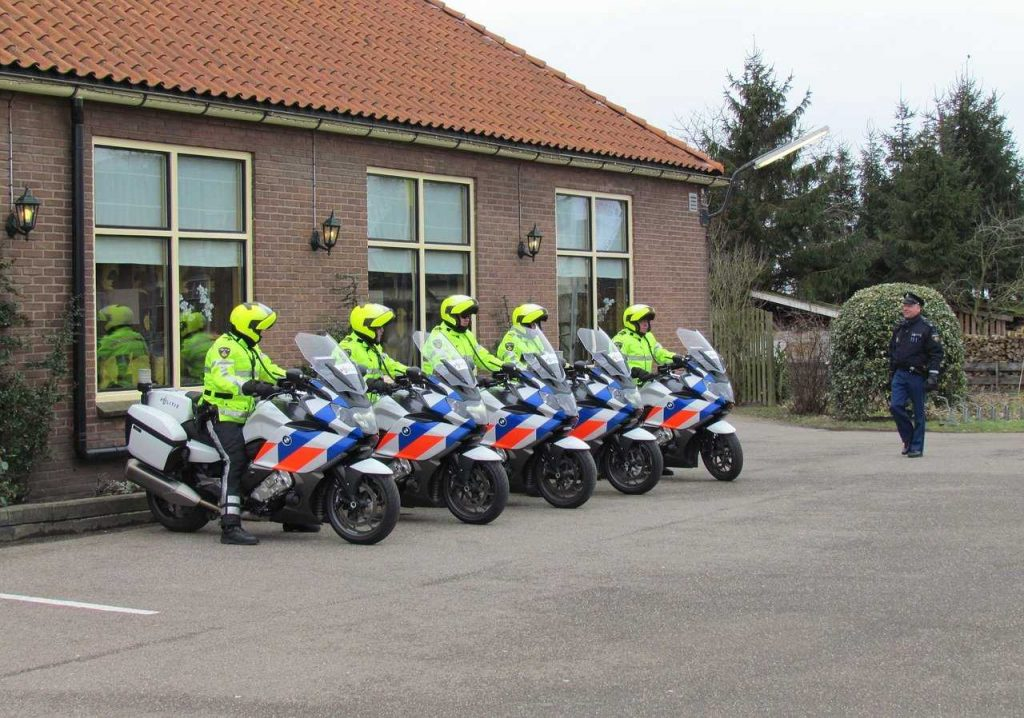 Nederlandse politiedienst met motoren