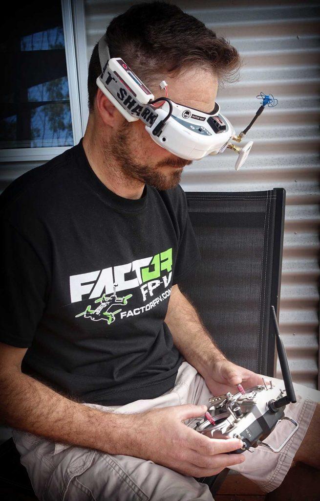 Piloot met VR bril en Race drone