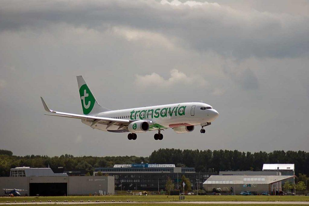 Transavia vliegtuig landingsbaan opstijgen