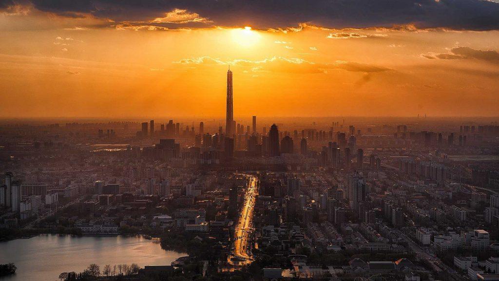 Luchtfoto van een stad bij zonsondergang
