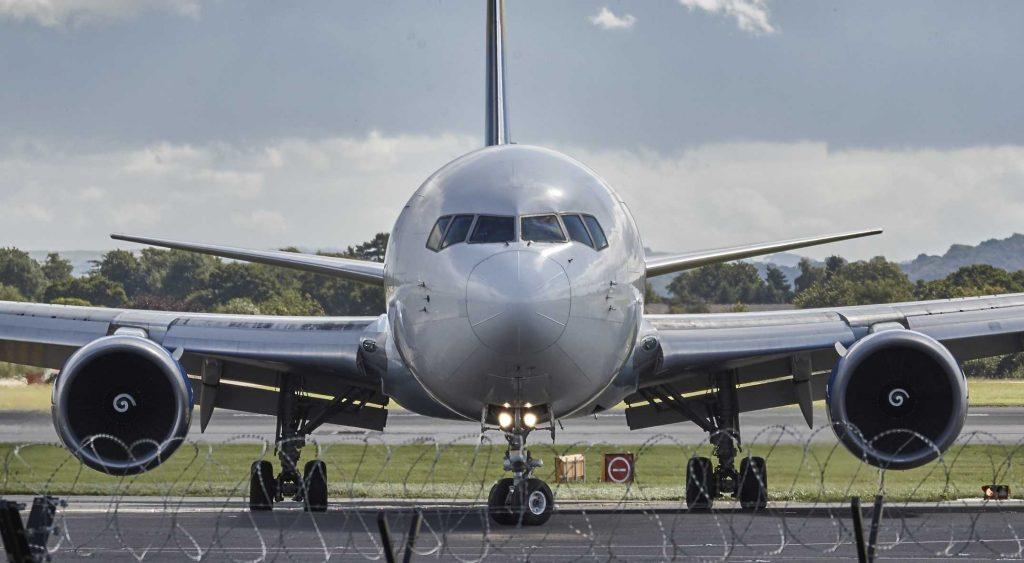 vliegtuig op de grond van voren