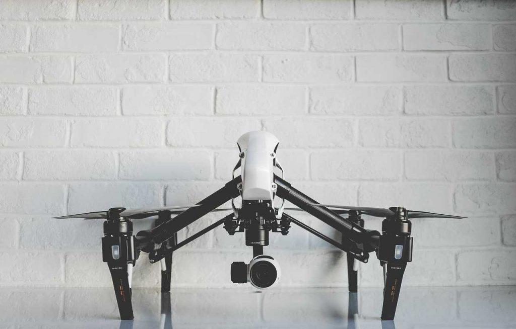 DJI Inspire wit drone op stenen grond