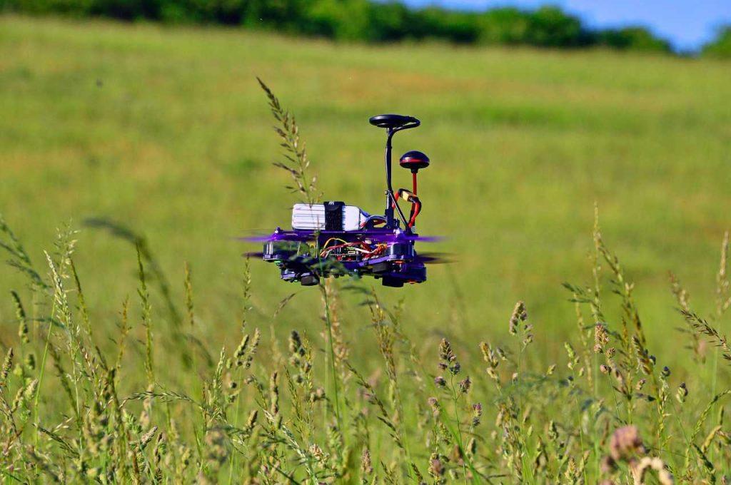 FPV-drone Race drone landschap gras in de lucht