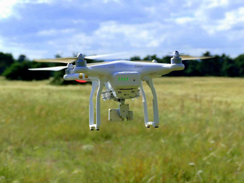 Phantom 3 SE laag vliegen over gras weiland