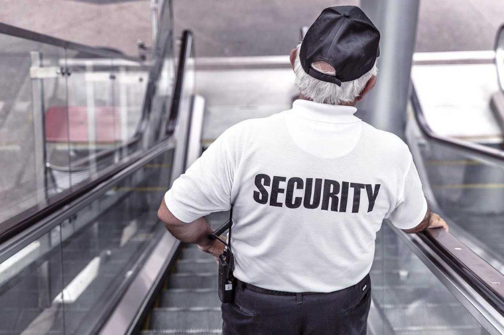 bewaker beveiliger oude man roltrap petje