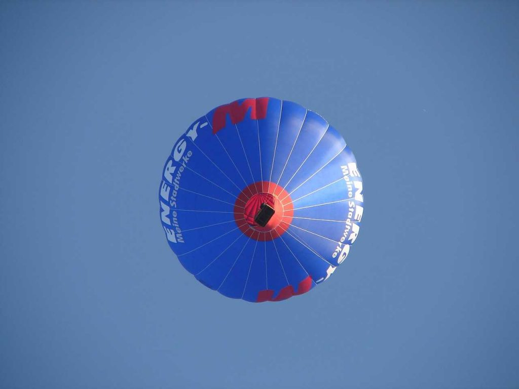 blauwe ballon in de lucht vanaf de grond