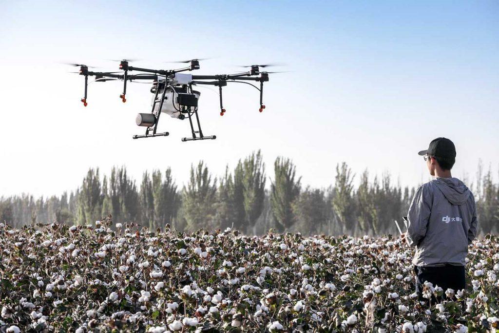 drone landbouw sproeien besturen man