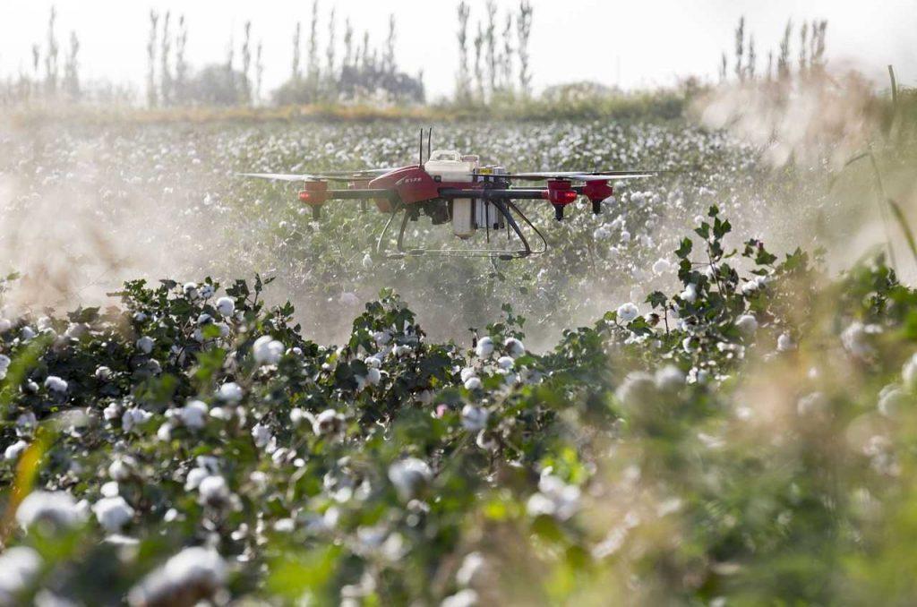 drones in landbouw platteland sproeien in lucht