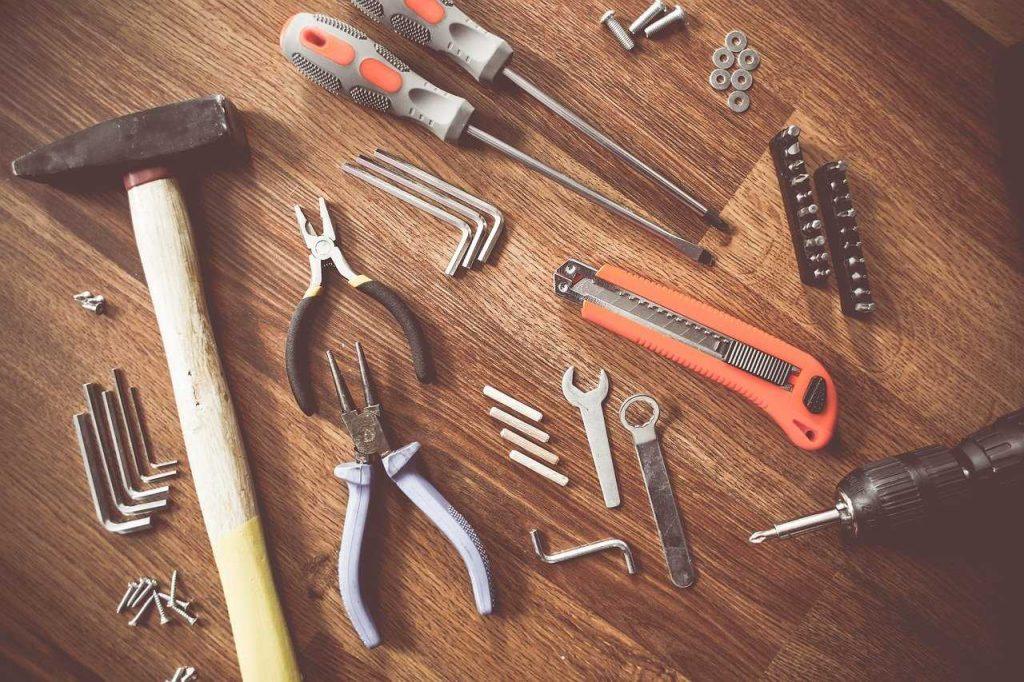 gereedschap houten tafel hamer nijptang