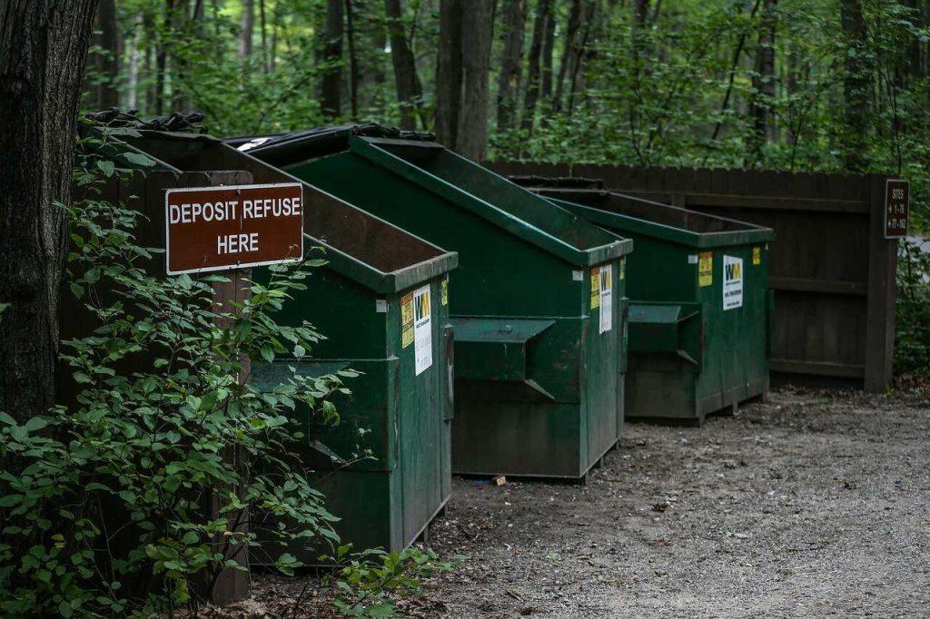 groene container afval bos batterijen