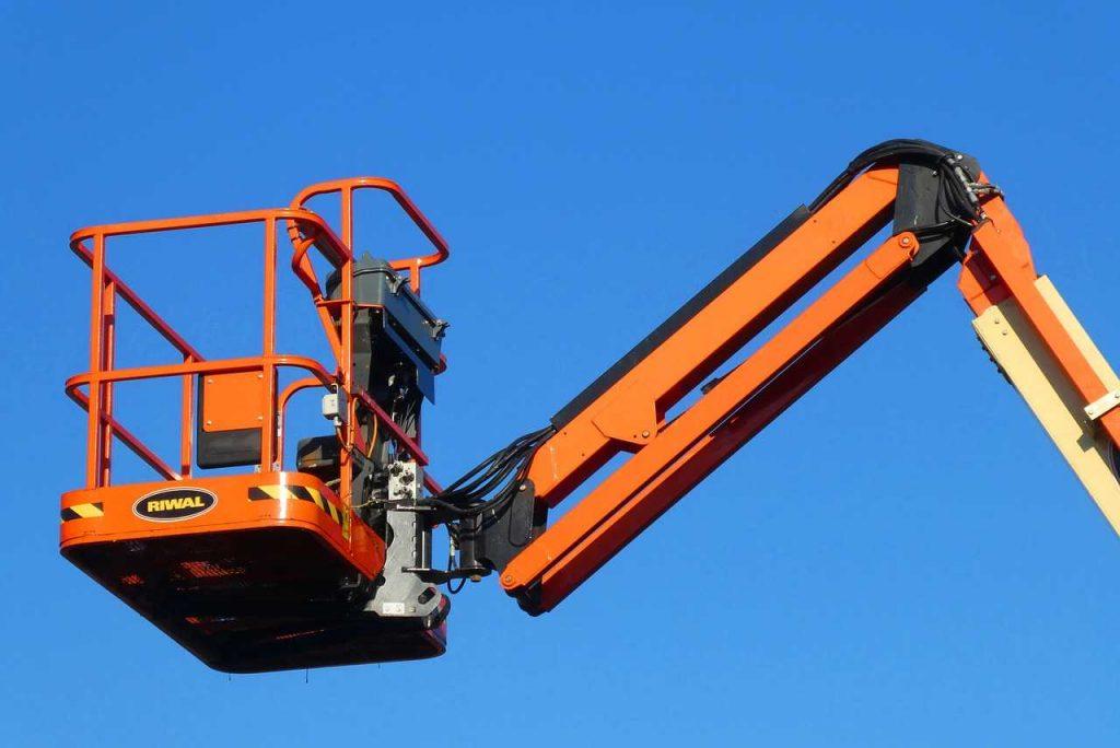 hoogwerker oranje blauwe lucht