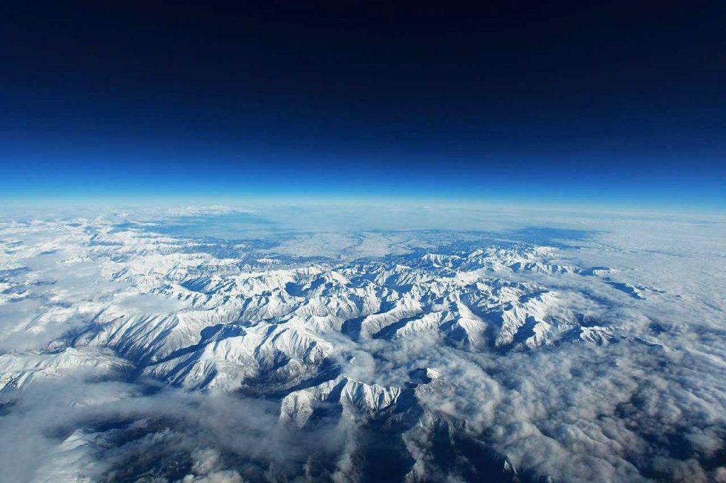 luchtfoto gletsjers boven de wolken