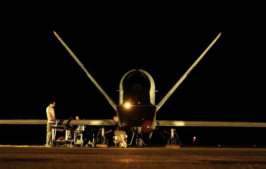 militaire drone donker nacht geland staand op grond