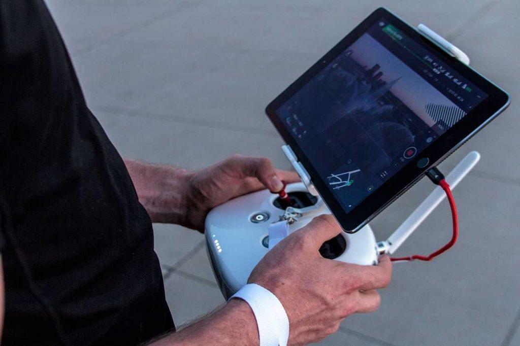persoon drone besturen controller live video