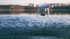 phantom 3 standard drone vliegt boven water