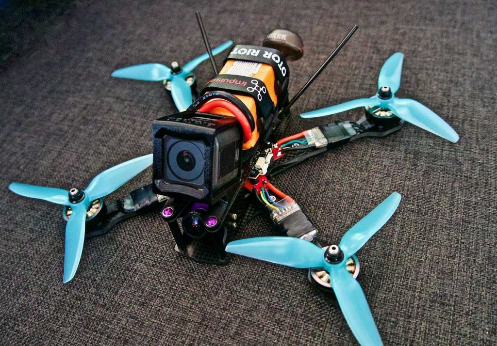 race drone FPV met camera op bank