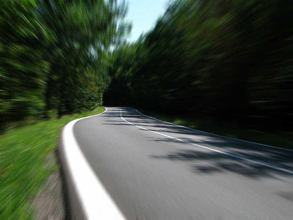 snelheid drone bos weg race