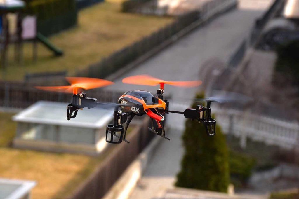 speelgoeddrone oranje in lucht oefenen