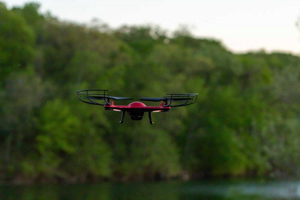 speelgoeddrone rood in de lucht nieuw