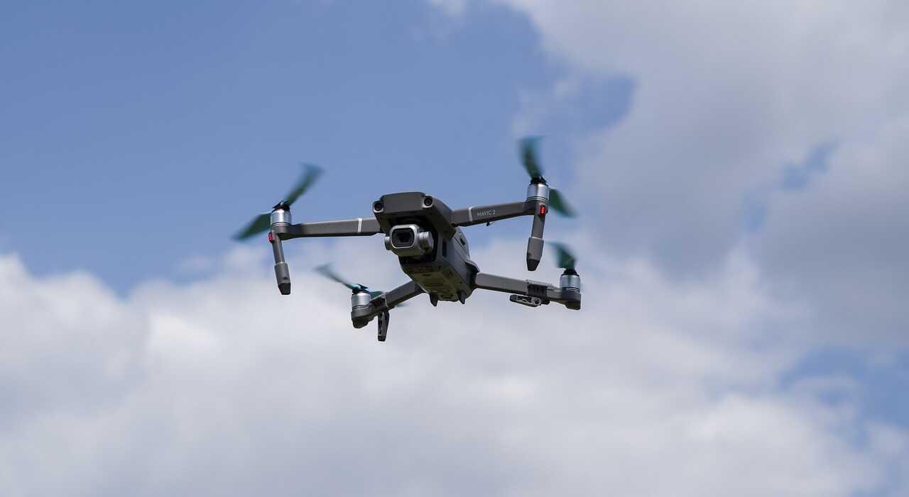 Mavic 2 pro blauwe lucht wolken overdag vliegen