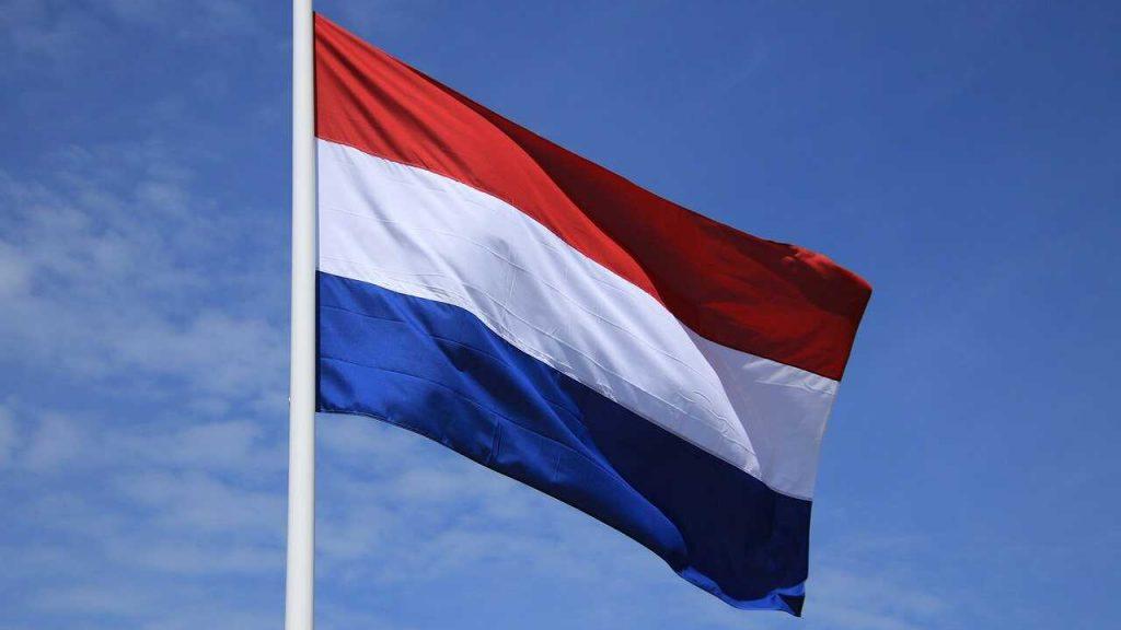 Nederlandse vlag blauwe lucht wind
