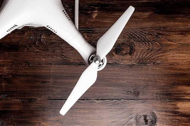 drone propeller phantom 4 pro wit houten tafel