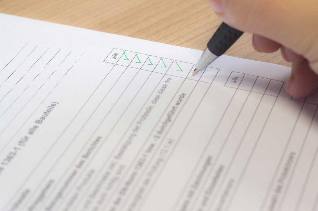 checklist papier met groene vinkjes