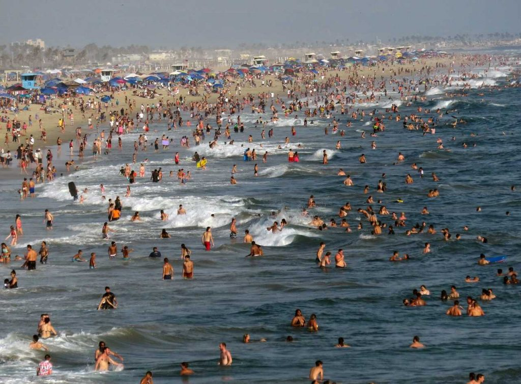 druk strand mensen zee menigten