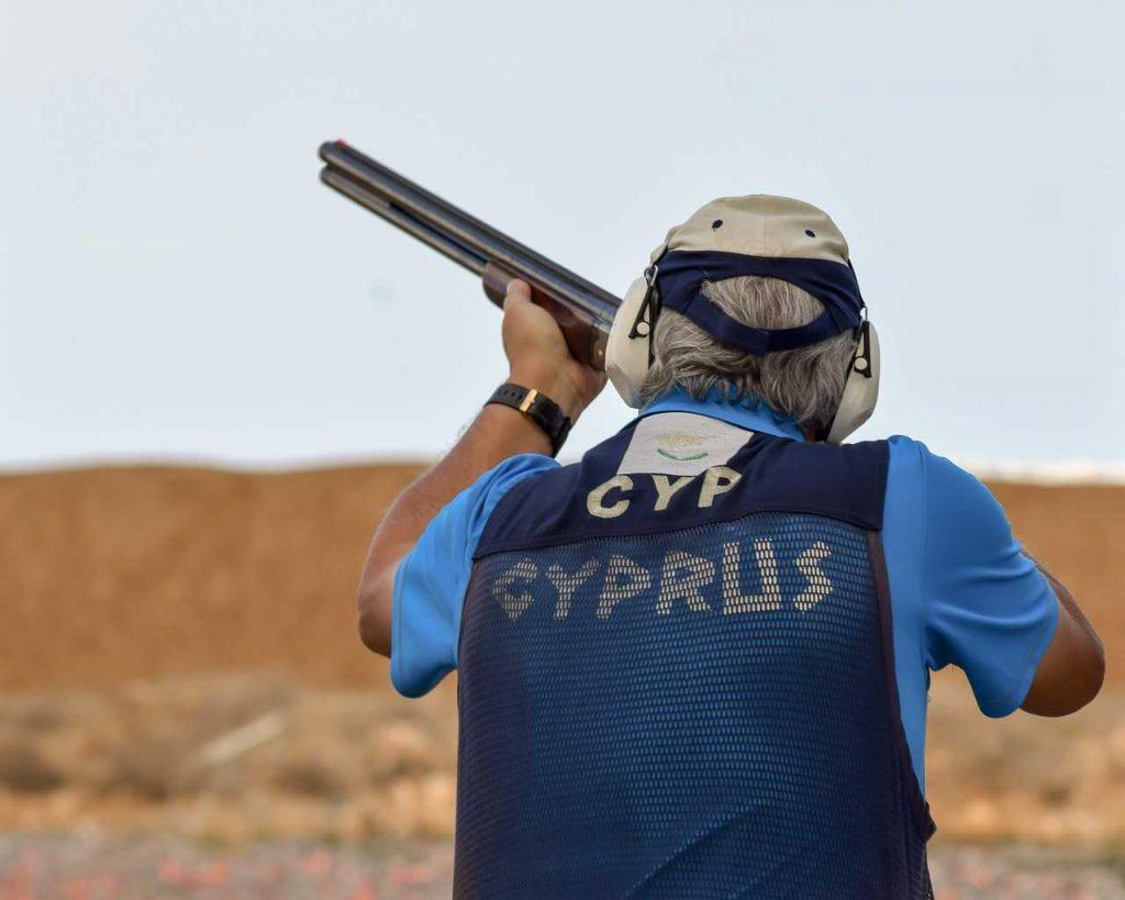 man schiet cyprus geweer in de lucht drones