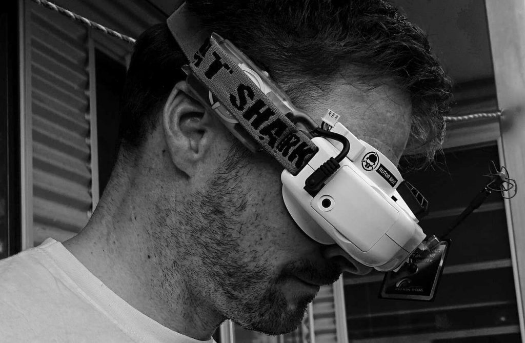 FPV-drone goggles man vliegen zwartwit foto