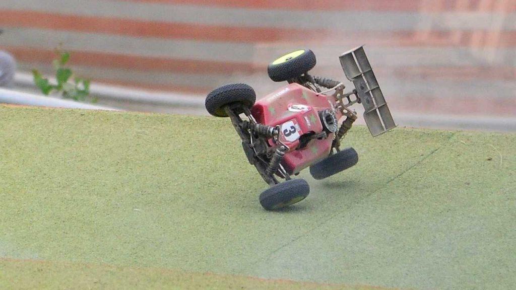RC auto op 2 wielen zijkant