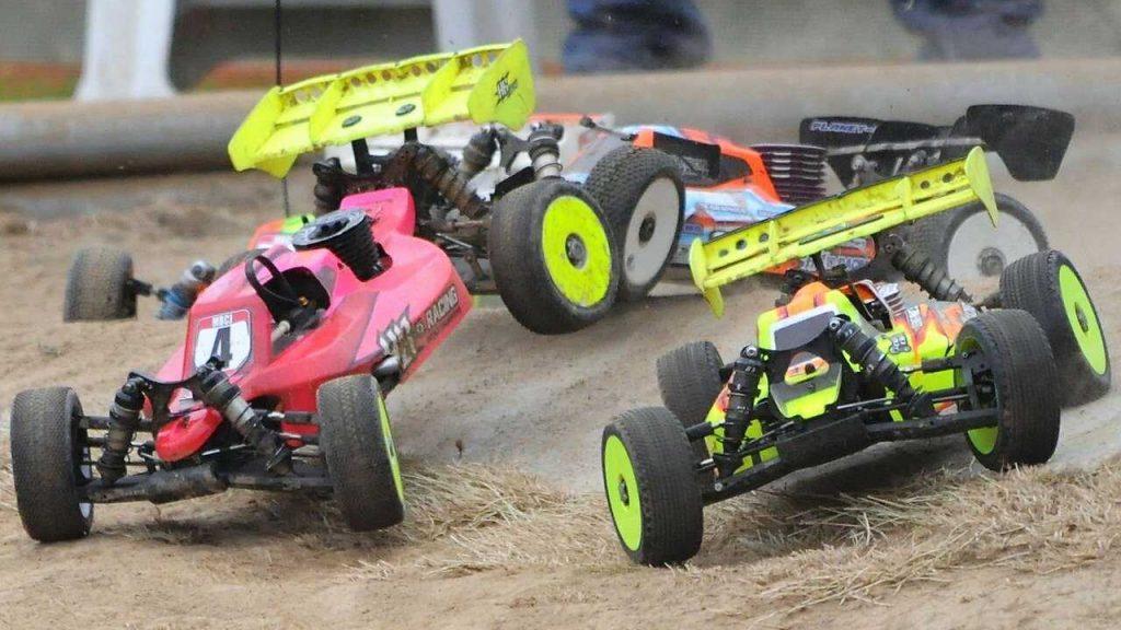 Rc auto's offroad race bij elkaar