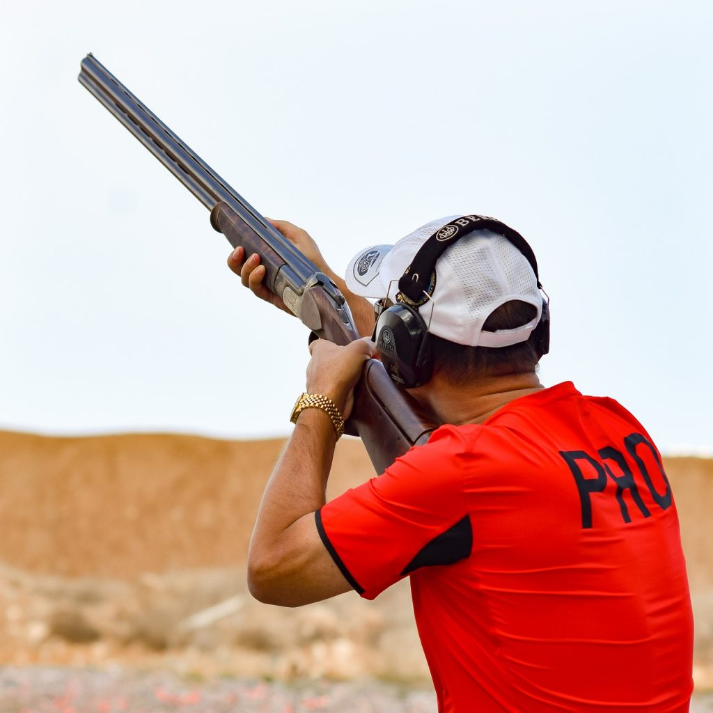 man schiet geweer in de lucht woestijn