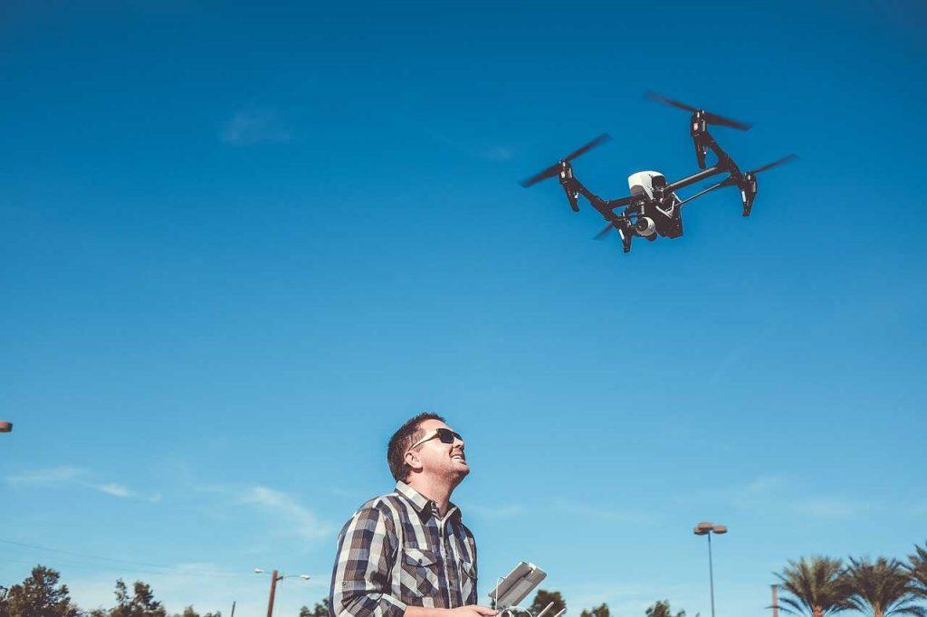 man vliegen drone inspire 1