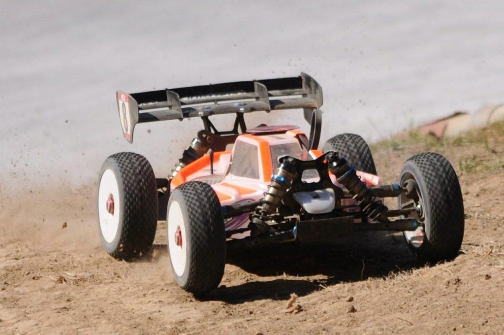 race RC auto oranje off road