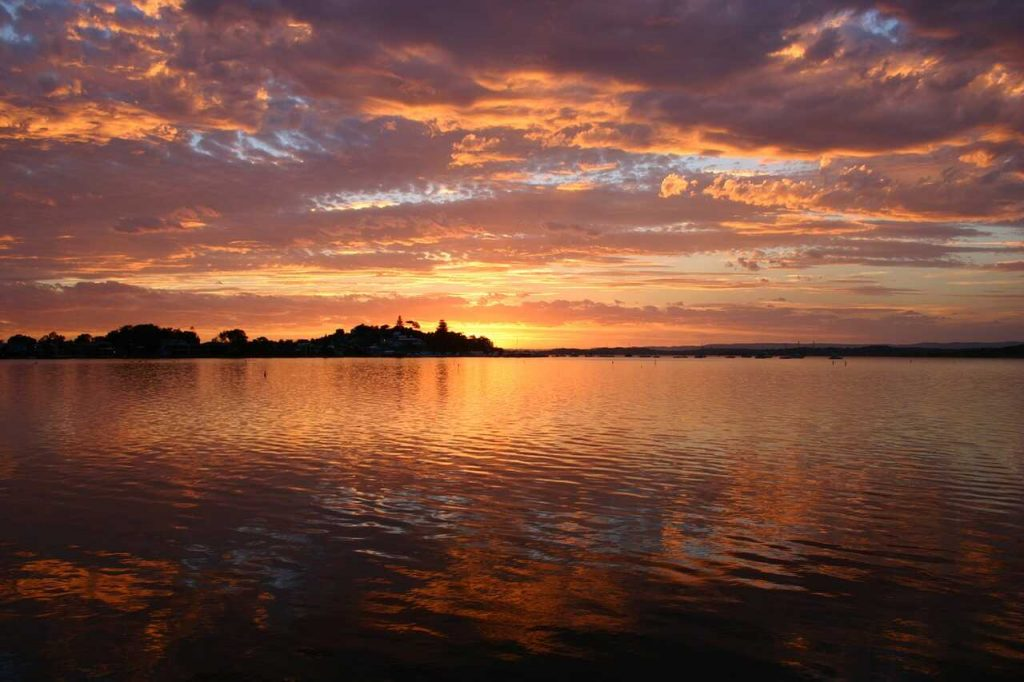 water meer zonsondergang gouden uurtje