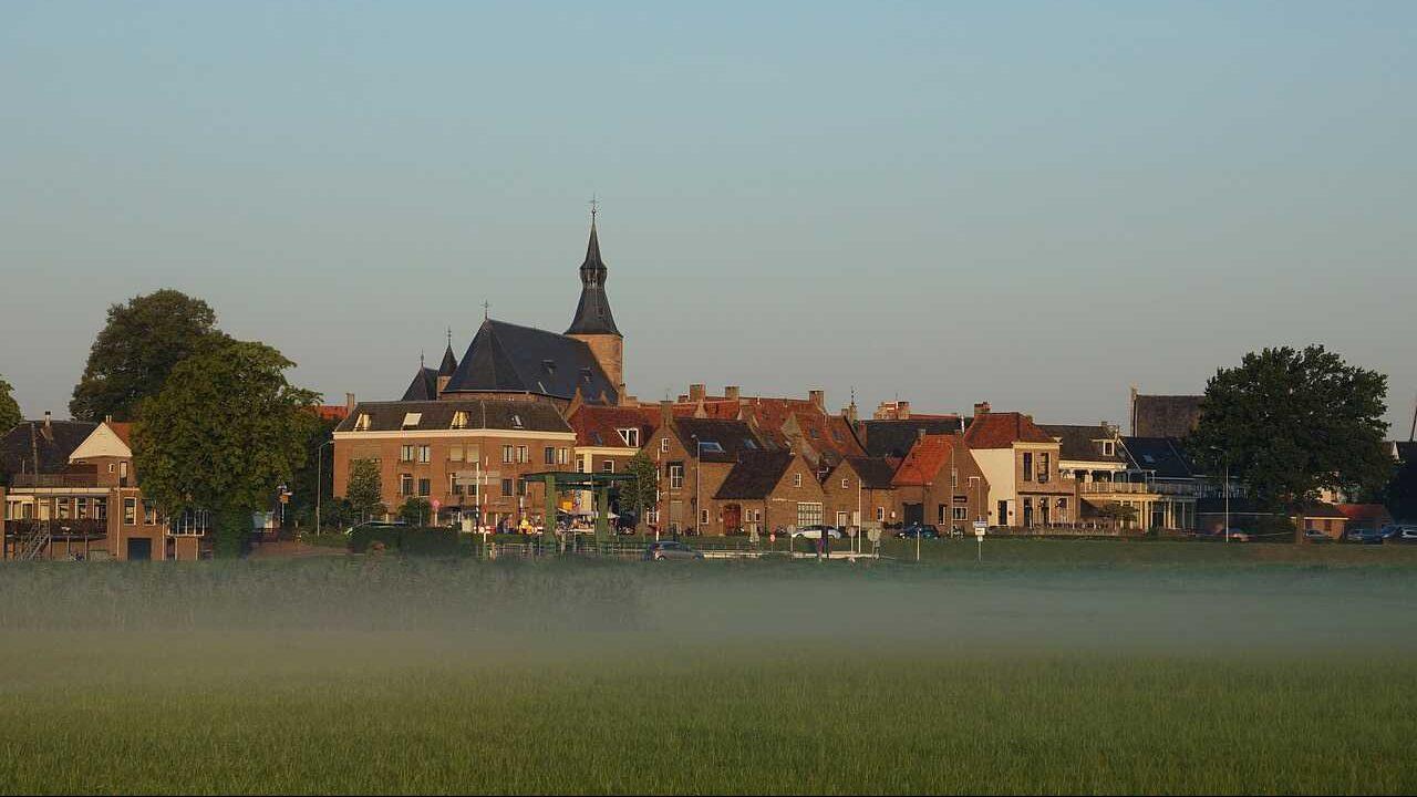 woownijk huizen kerk dorp weiland
