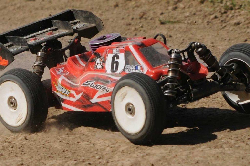 RC auto rood off road zand racen