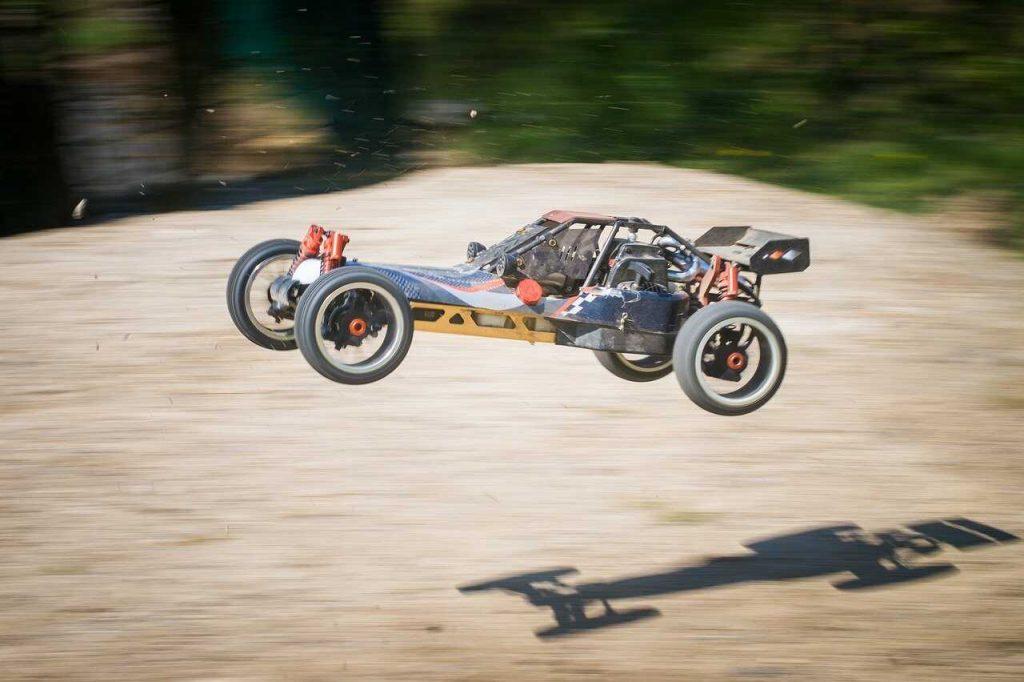 Rc auto schans vliegen door de lucht sprong